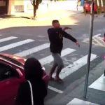 【話題の衝撃映像】ブラジル・サンパウロで学校へ行く母子グループに銃を持った強盗が襲い掛かるも1人の母親が銃で撃退!