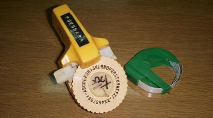 プラテープの打刻文字がヤケにカッコいいダイモ