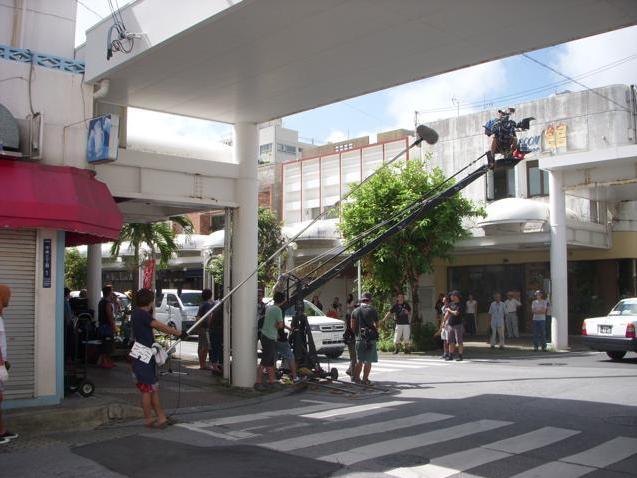 家の近所の表通りで松田龍平の映画撮影沖縄ロケ