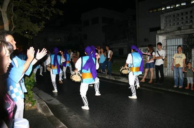 沖縄の旧盆の風物詩「エイサー道じゅねー」