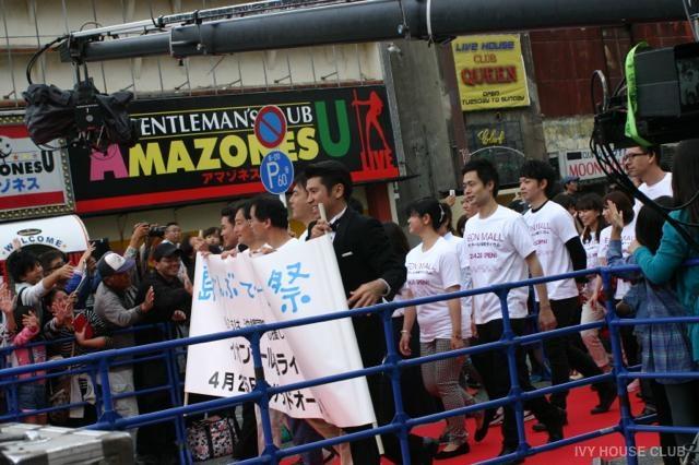 沖縄国際映画祭で沖縄市ゲート通りのレッドカーペットに出演者が集結