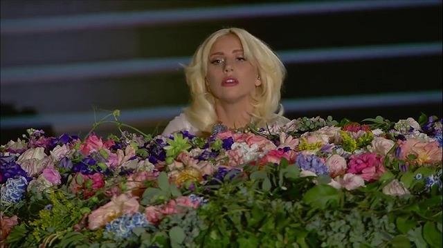 純白ドレスのレディーガガ!歌唱力抜群のあの名曲に鳥肌が止まらない♪