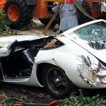 ショッキング画像 / トヨタ2000GT倒木に巻き込まれ不運の大クラッシュ
